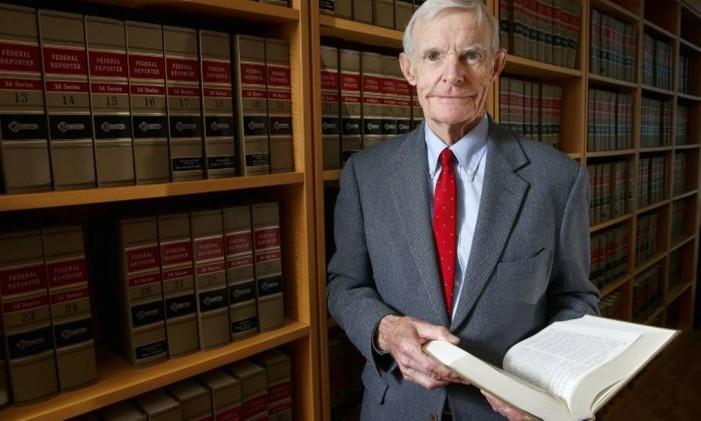 O juíz William Canby, em seu escritório em Phoenix, Arizona. Foto: Ross D. Franklin / AP