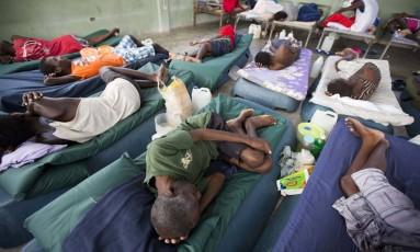 Detentos doentes descansam na enfermaria da maior penitenciária do Haiti Foto: Dieu Nalio Chery / AP