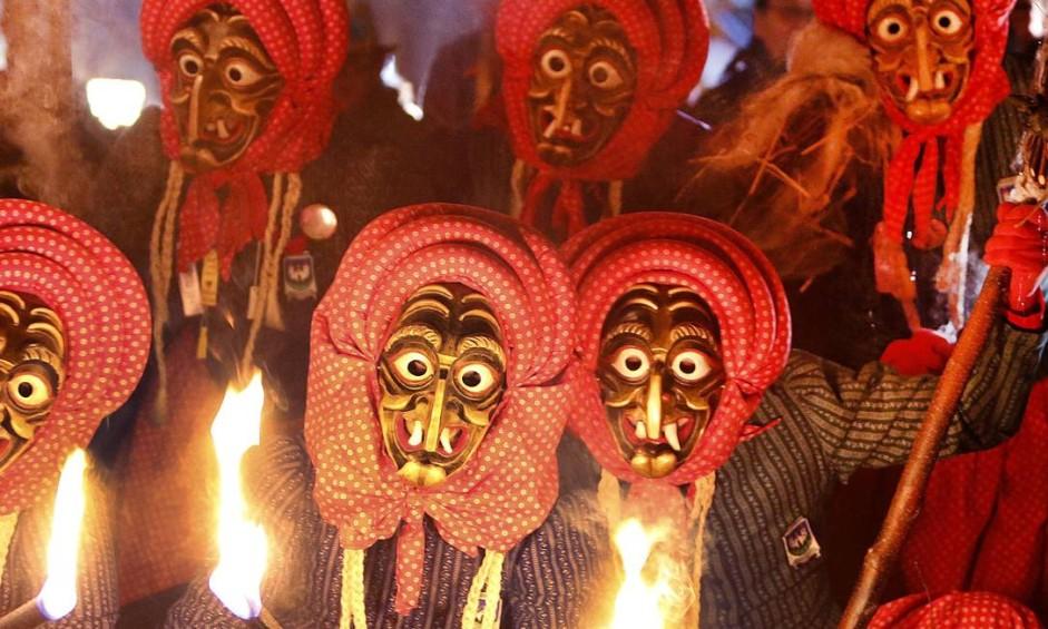 Na Alemanha, membros do grupo Waldkircher Kandelhexen se vestem de bruxos para celebrar o carnaval em Waldkirch, no sul do país Foto: Michael Probst / AP