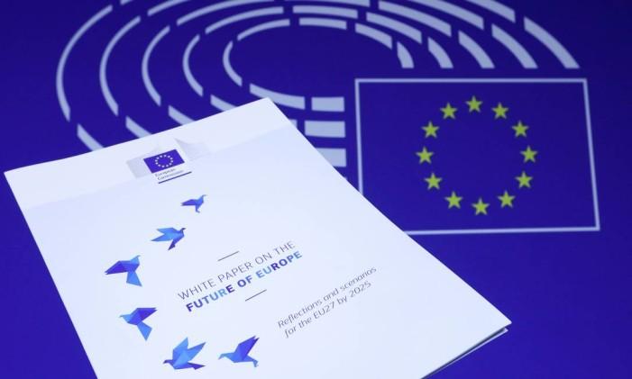 """Ilustração da primeira página do """"Livro Branco no Futuro da Europa"""", documento com os cinco cenários para a União Europeia Foto: Yves Herman / Reuters"""