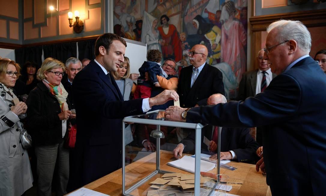 O candidato Emmanuel Macron, líder do movimento político Em Marcha!, votou na manhã deste domingo num posto em Touquet, no Norte do país Foto: POOL / REUTERS