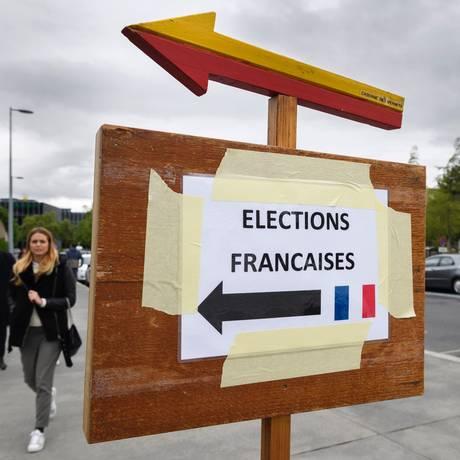 Cartaz indica caminho para seção de votação das eleições francesas em Genebra, Suíça: alto nível de abstenção Foto: FABRICE COFFRINI / AFP