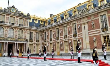 Guarda Republicana da França se posiciona na entrada do Palácio de Versalhes, onde Macron e Putin se reúnem Foto: STEPHANE DE SAKUTIN / AFP