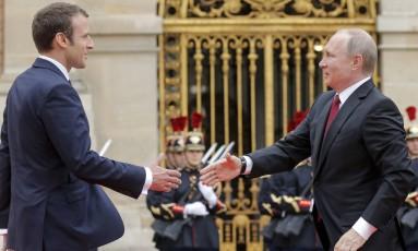 O presidente francês, Emmanuel Macron, recebe o chefe de Estado da Rússia, Vladimir Putin, no Palácio de Versalhes Foto: Alexander Zemlianichenko / AP