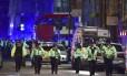 Agentes policiais interrompem acesso à Ponte de Londres após van atropelar pedestres