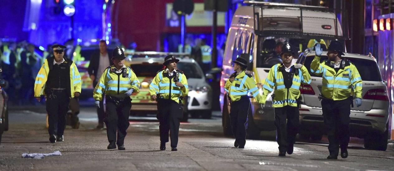 Agentes policiais interrompem acesso à Ponte de Londres após van atropelar pedestres Foto: Dominic Lipinski / AP