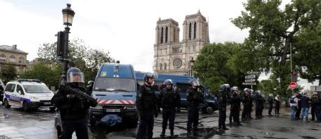 Agentes policiais se posicionam em frente à Catedral de Notre Dame após agressão de policial Foto: PHILIPPE WOJAZER / REUTERS