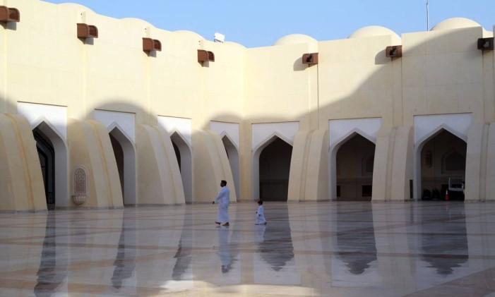 Um homem e seu filho caminham em mesquita no Qatar: país foi isolado diplomática e economicamente pelas outras nações da região Foto: Naseem Zeitoon / Reuters
