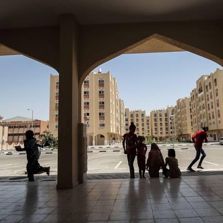 Palestinos reunidos na Hamad City, projeto financiado pela família real do Qatar em Khan Yunis, no Sul da Faixa de Gaza Foto: Said Khatib / AFP
