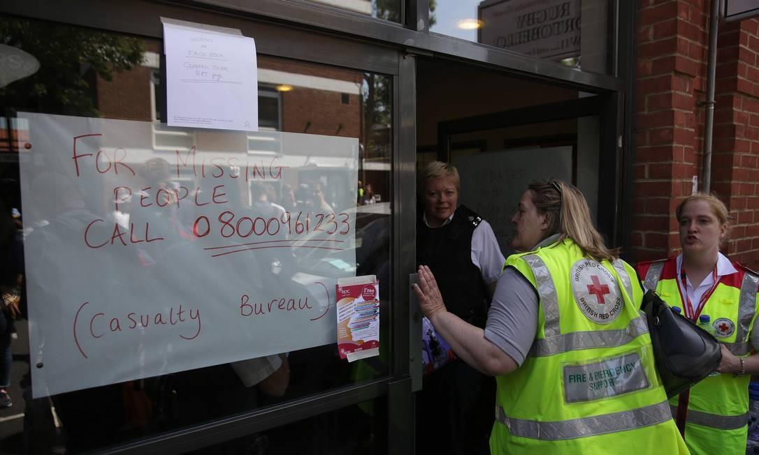 Posto da Cruz Vermelha anuncia orientações sobre desaparecidos durante incêndio em Londres DANIEL LEAL-OLIVAS / AFP
