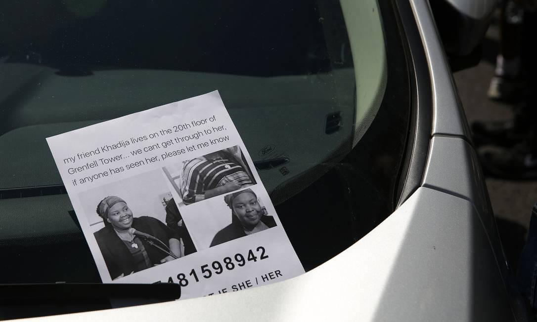 Panfleto anuncia busca por Khadija Saye, moradora do prédio DANIEL LEAL-OLIVAS / AFP