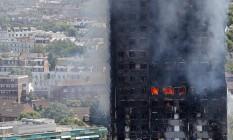 Chamas e fumaça na Grenfell Tower na zona oeste de Londres Foto: Adrian Dennis / AFP