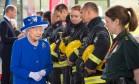 Rainha Elizabeth II visita moradores e equipes de resgate da Grenfell Tower Foto:  / Reuters