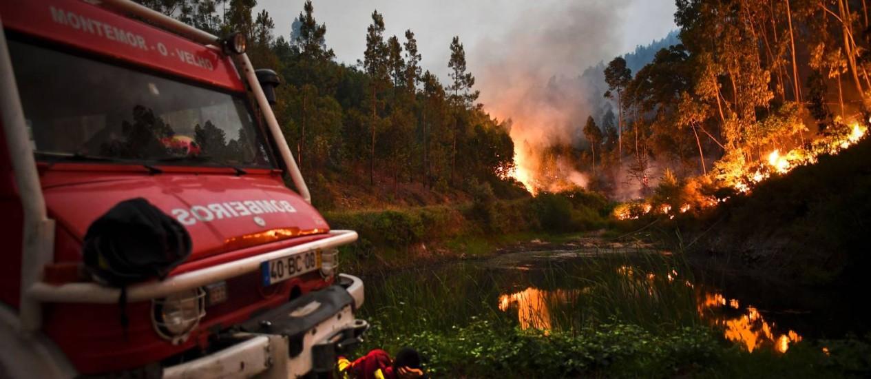 Bombeiros combatem chamas em Penela, região de Coimbra, em Portugal Foto: Patricia de Melo Moreira / AFP