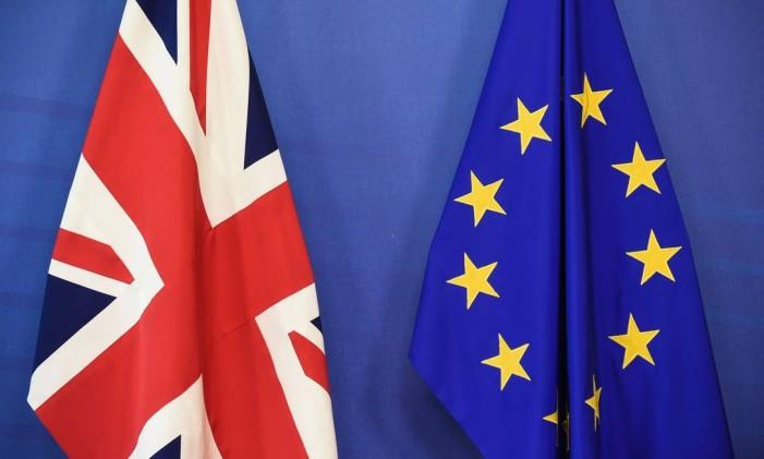 Bandeiras do Reino Unido (esq.) e da União Europeia (dir.) Foto: JOHN THYS / AFP