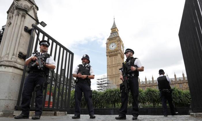 Agentes reforçam policiamento na zona do Parlamento britânico, em Londres Foto: PETER NICHOLLS / REUTERS