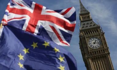 Bandeiras do Reino Unido e da União Europeia em frente ao Parlamento britânico Foto: Daniel Leal-Olivas / AFP