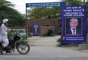 Entrada do vilarejo 'Trump Village' presta homenagem ao presidente americano Foto: MONEY SHARMA / AFP