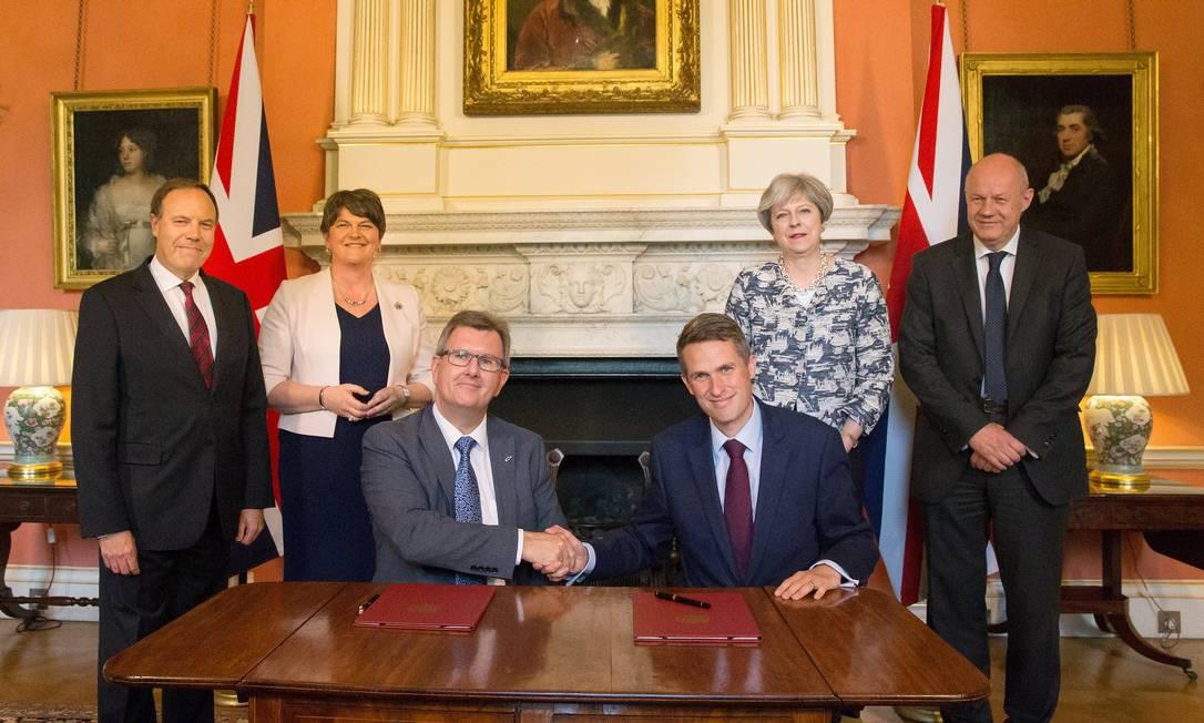 May acerta coalizão com líder de partido conservador norte-irlandês
