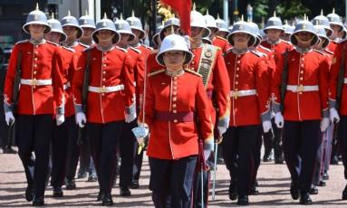 Captã Megan Cuoto lidera seu batalhão na cerimônia da troca da Guarda no Palácio de Buckingham, em Londres Foto: John Stillwell / AFP