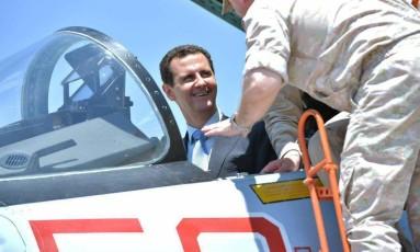 Bashar al-Assad, presidente da Síria, em visita a base militar Hmeimim na províncide de Latakia Foto: Presidência da Síria / AFP
