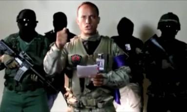 O piloto Óscar Pérez lê comunicado contra o governo de Maduro Foto: REUTERS TV / REUTERS