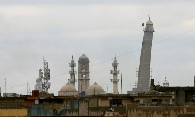 Bandeira jihadista no minarete da Grande Mesquita em Mossul, no Iraque Foto: Youssef Boudlal / REUTERS