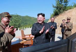 Lider da Coreia do Norte, Kim Jong-un, comemora êxito de teste militar com míssil balístico intercontinental Foto: STR / AFP