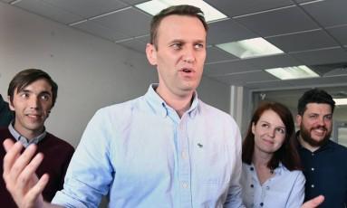 Líder opositor russo, Alexei Navalny, em seu escritório após ser liberado da prisão Foto: KIRILL KUDRYAVTSEV / AFP
