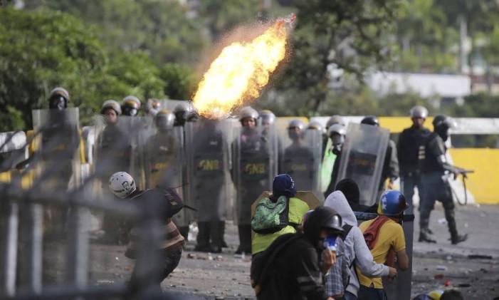 Manifestantes antigoverno em confronto contra forças de segurança da Guarda Nacional Bolivariana Foto: Fernando Llano / AP