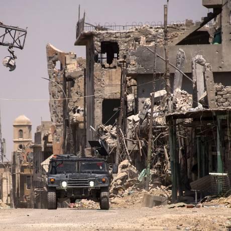 Patrulha iraquiana faz ronda na zona oeste de Mossul dias após o anúncio da libertação da cidade das mãos do Estado Islâmico Foto: Fadel Senna / AFP