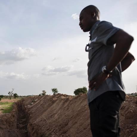 Parte da trincheira cava ao redor da Universidade de Maiduguri, na Nigéria Foto: STEFAN HEUNIS / AFP