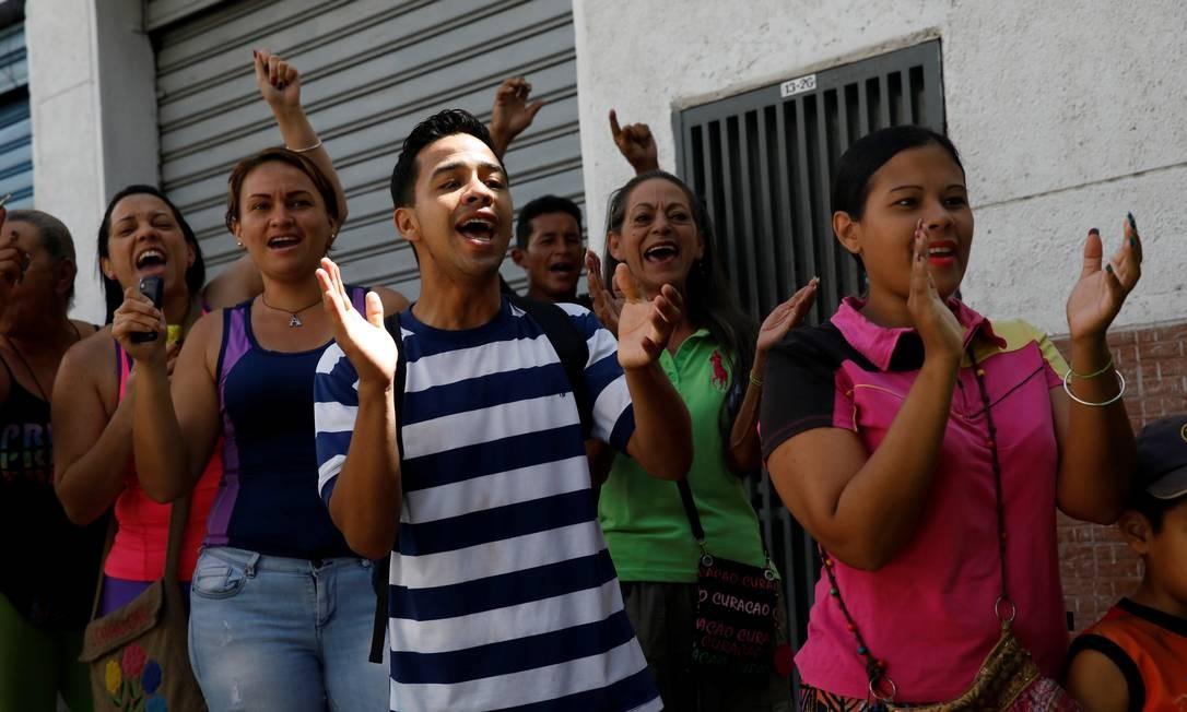 Manfiestantes cantam palavras de ordem contra o presidente da Venezuela Nicolás Maduro enquanto aguardam em um centro de votação da consulta popular da oposição contra o governo do presidente Nicolás Maduro e seu plano de reformular a Constituição, em Caracas Foto: CARLOS GARCIA RAWLINS / REUTERS