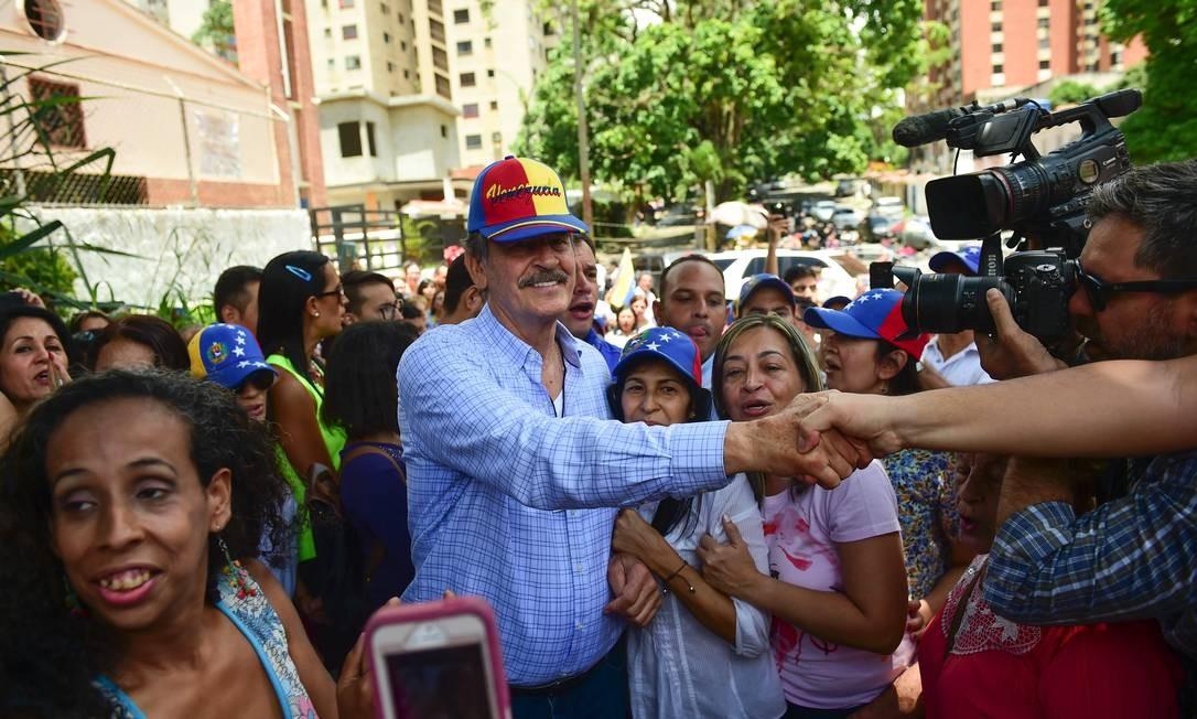 O ex-presiddente mexicano Vicente Fox, ao centro, participa como observador da consulta popular organizada pela oposição para medir o apoio popular ao plano de mudar a Constituição do presidente da Venezuela, Nicolás Maduro Foto: RONALDO SCHEMIDT / AFP