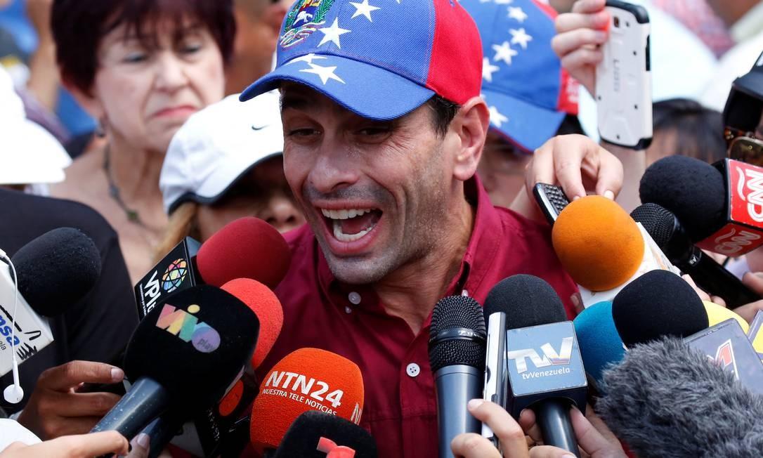 O líder da oposição e governador do estado de Miranda, Henrique Capriles fala à imprensa em um centro de votação em Caracas, durante a consulta opositora sobre os planos do presidente da Venezuela, Nicolás Maduro, de reescrever a Constituição Foto: CARLOS GARCIA RAWLINS / REUTERS