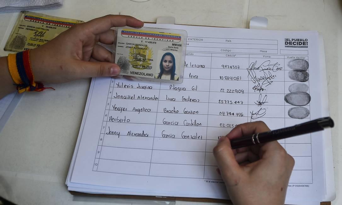 Uma venezuelana residente na Colômbia participa da consulta opositora sobre os planos do presidente da Venezuela, Nicolás Maduro, de reescrever a Constituição Foto: LUIS ROBAYO / AFP