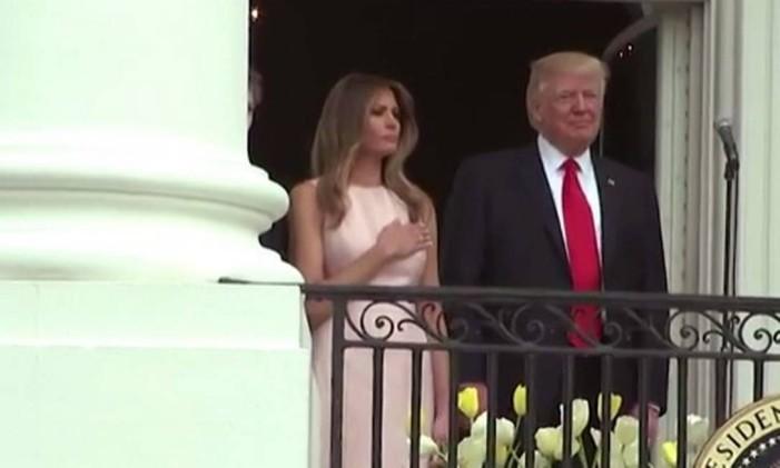 Melania e Donald de Trump cantam o hino nacional Foto: AP