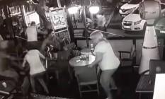 Câmera em café na ilha de Kos registra momento do terremoto Foto: Reprodução