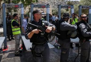 Polícia israelense na entrada da Mesquita de al-Aqsa com detector de metais Foto: AHMAD GHARABLI / AFP