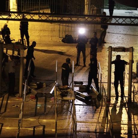 Funcionários do governo israelense demontam detectores de metal no exterior da Esplanada das Mesquistas Foto: Mahmoud Illean / AP