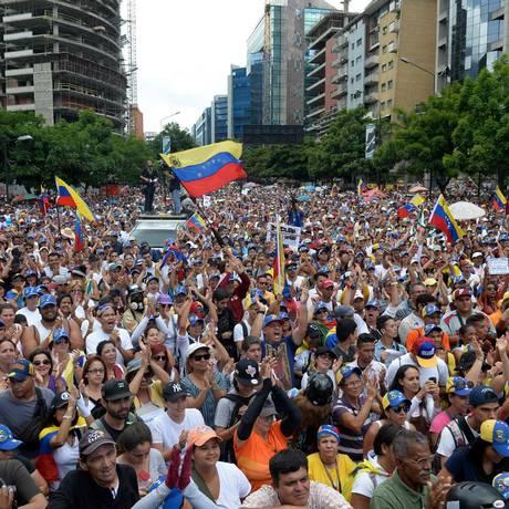 Milhares de opositores se reúnem em marcha contra Maduro em Caracas Foto: Federico Parra / AFP