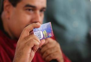 Maduro exibe o 'Carnet de la Pátria', documento de identidade do governo que regula necessidades do povo venezuelano Foto: Reprodução/El Nacional