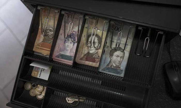 Notas de bolívares venezuelanos Foto: Carlos Becerra / Bloomberg