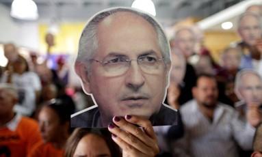 Apoiadores de Antonio Ledezma seguram fotoragia do líder opositor em protesto contra sua prisão durante coletiva de imprensa do partido opositor Mesa da Unidade Democrática (MUD) Foto: UESLEI MARCELINO / REUTERS