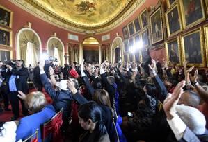Integrantes da Assembleia Constituinte da Venezuela de braços erguidos na cerimônia de posse no Palácio Legislativo Foto: JUAN BARRETO / AFP