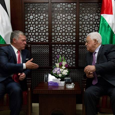 O rei Abdullah II (esq.), da Jordânia, se reúne com o presidente palestino Mahmud Abbas na Cisjordânia ocupada Foto: NASSER NASSER / AFP