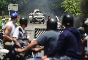 Manifestantes em confronto com integrantes da Guarda Nacional Bolivariana Foto: Ronaldo Schemidt / AFP
