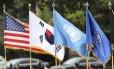 Bandeiras de Estados Unidos, Coreia do Sul e ONU em cerimônia militar na base militar conjunta de Yongsan Garrison, em Seul