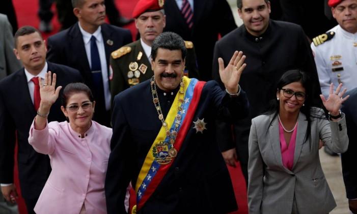 O presidente da Venezuela, Nicolás Maduro, sua esposa Cilia Flores (esq.) e a presidente da Assembleia Naiconal Constituinte (dir.), Delcy Rodríguez Foto: UESLEI MARCELINO / REUTERS