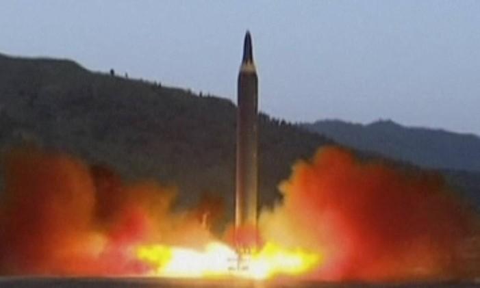 Imagem divulgada pelo governo da Coreia do Norte de lançamento de míssil Hwasong-12 Foto: AP